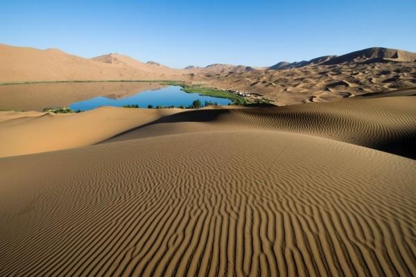 Poblado junto a un oasis en el desierto