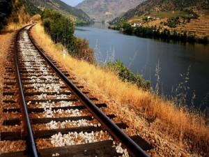 Vía de ferrocarril a orillas de un río