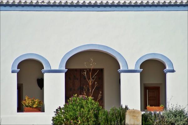 Arcos azules en una casa de Ibiza