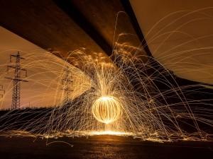 Bola de fuego bajo el puente