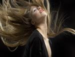 Mujer con el pelo largo y rubio