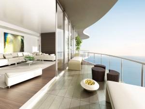 Sala de estar con balcón abierto y vistas al mar