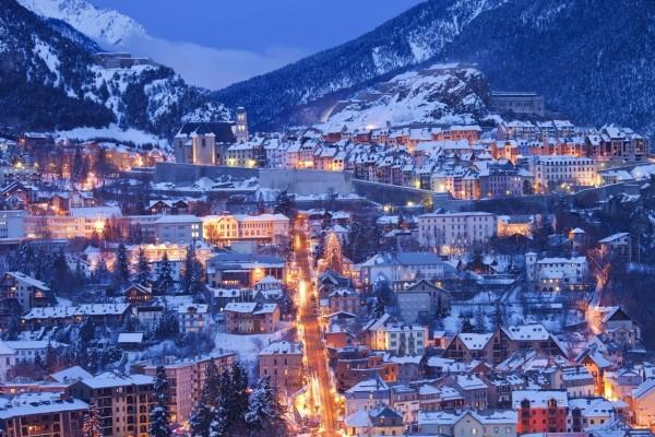 Ciudad cubierta de nieve en los alpes franceses