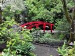 Pequeño puente rojo en un jardín