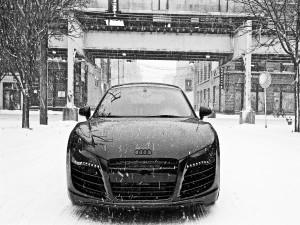 Postal: Coche Audi bajo la fuerte nevada