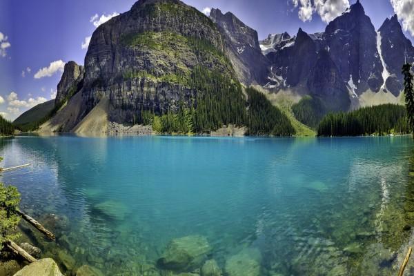 Bonito paisaje de lago y montañas