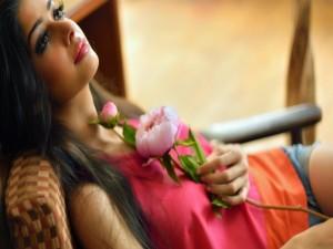 Postal: Chica sosteniendo una flor