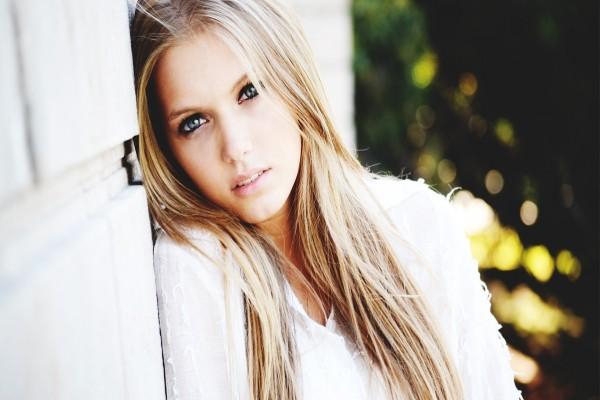 Una joven rubia de ojos azules