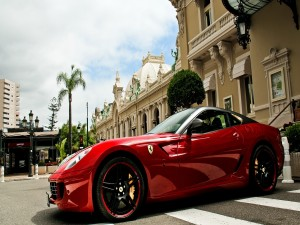 Postal: Ferrari rojo en la ciudad