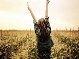 Postal: Chica feliz en el campo