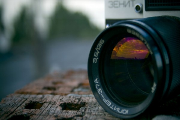 Paisaje reflejado en el objetivo de la cámara de fotos