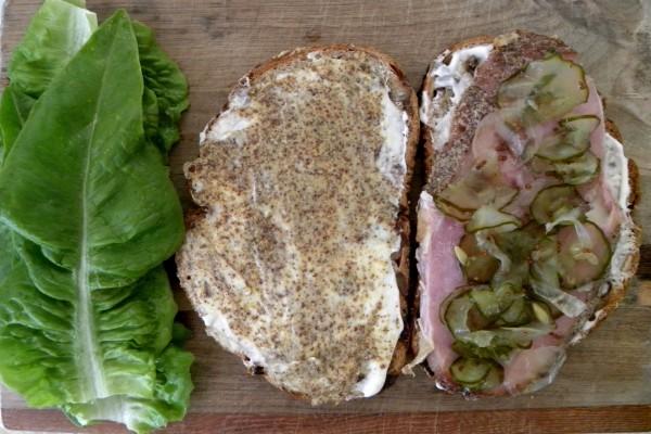 Sándwich con pepinillos y mostaza