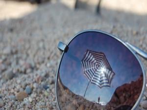 Playa reflejada en el cristal de unas gafas de sol