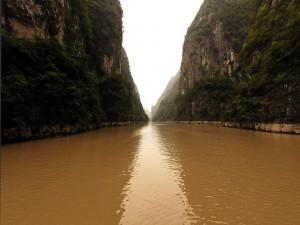 Río de agua marrón entre grandes paredes de roca