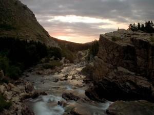 Río entre rocas visto al amanecer