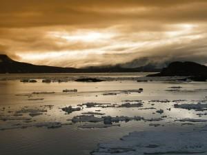 Capas de hielo y nieve sobre el agua