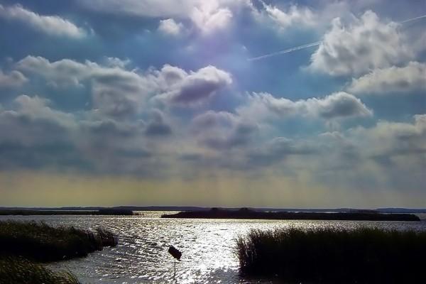 Nubes en un cielo soleado