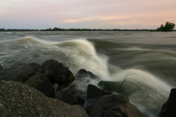Racha de viento sobre el río