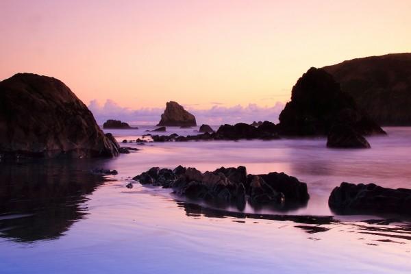 Rocas de varios tamaños en el mar