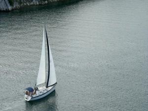Un barco velero navegando