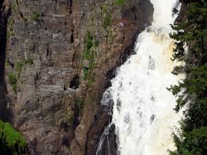 Postal: Escalada junto a una cascada