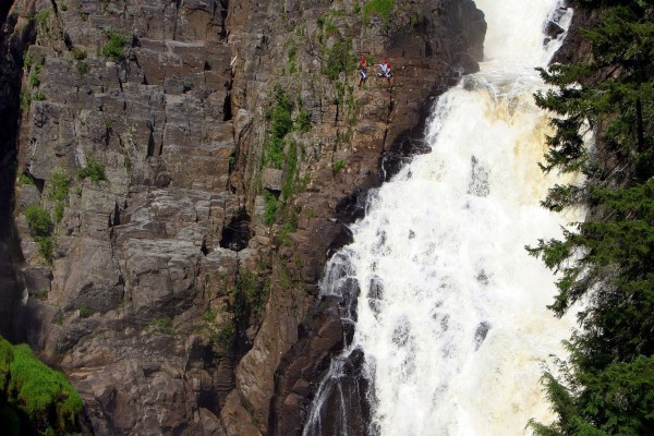 Escalada junto a una cascada