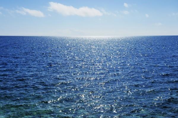 El sol iluminando el agua del mar