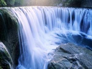 Bella cascada en el río
