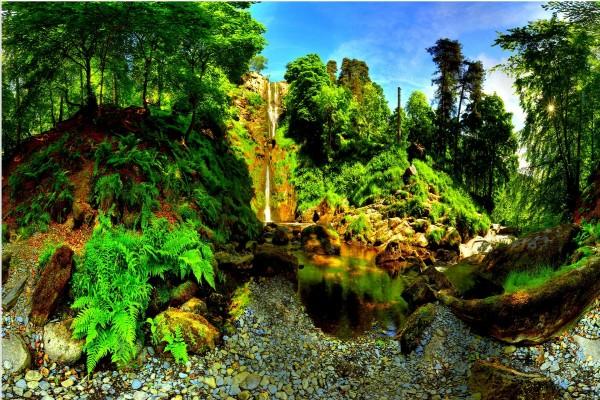 Gran salto de agua en un bello lugar