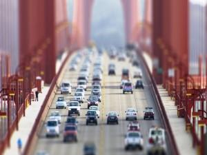 Postal: Coches circulando por la carretera de un puente