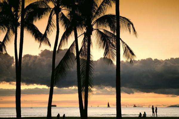 Gente en una playa contemplando el mar