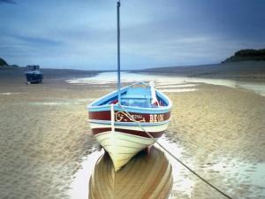 Barcas en la arena al bajar la marea