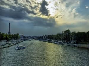 Postal: El río Sena fluyendo en París