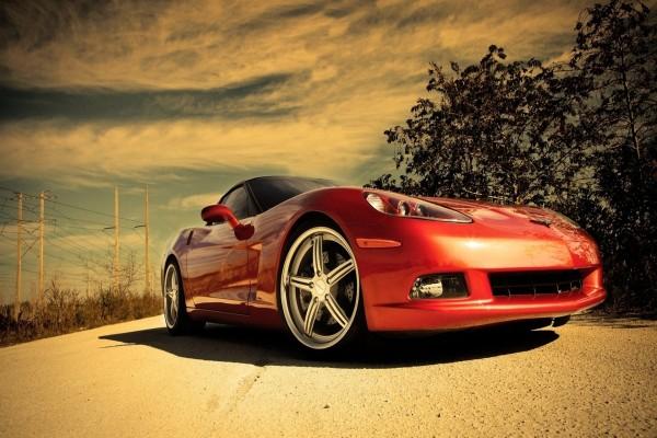 Un bonito coche rojo