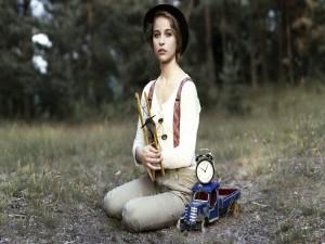 Postal: Chica con unos juguetes antiguos