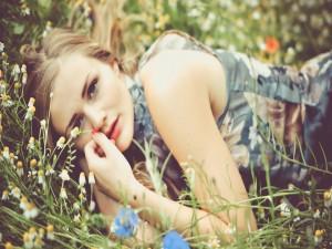 Tumbada entre las flores