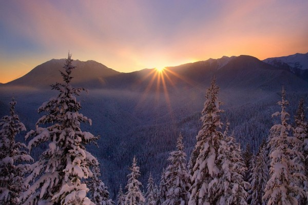 El sol ilumina el paisaje nevado