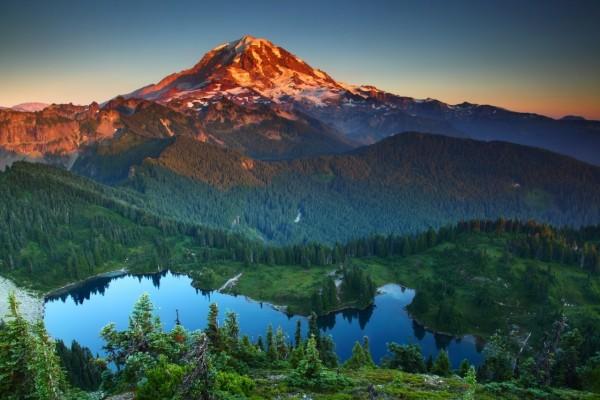 El sol iluminando la montaña