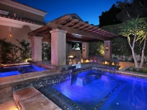 Postal: Un jardín con piscina