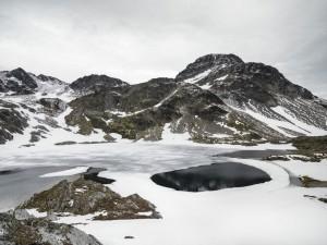 Magnífico paisaje invernal cubierto de nieve y hielo