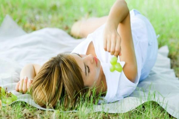 Mujer sobre la hierba con un vestido blanco