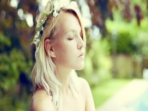 Postal: Mujer con flores en el cabello