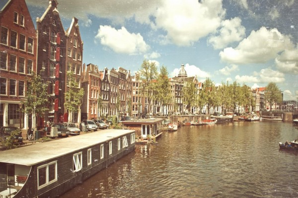 Río Ámstel en la ciudad de Ámsterdam
