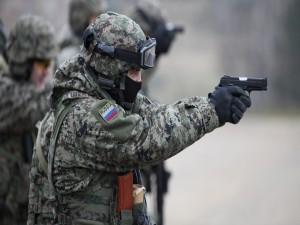Postal: Soldado ruso apuntando con un arma