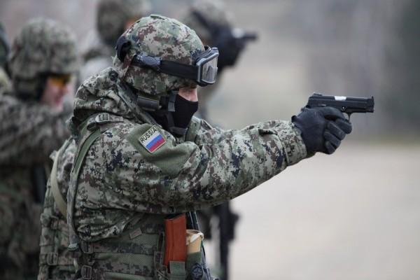 Soldado ruso apuntando con un arma
