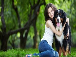 Postal: Chica abrazada a su perro