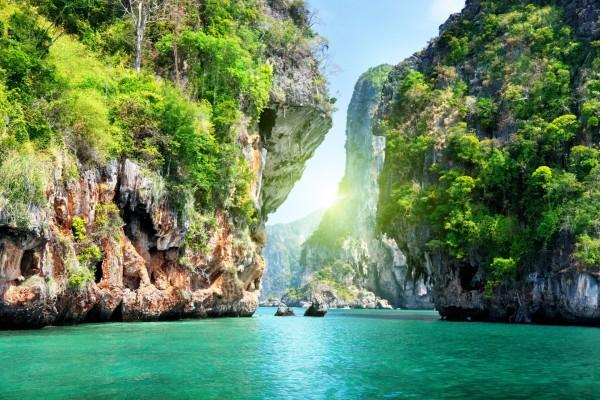 Grandes rocas en el agua del mar