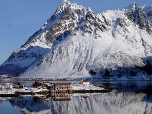 Edificios junto al agua en un paisaje frío y nevado