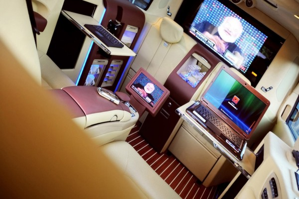 Interior de una Brabus Mercedes-Benz Viano Lounge Concept