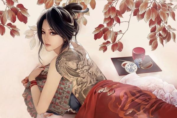 Mujer oriental con un dragón tatuado en la espalda